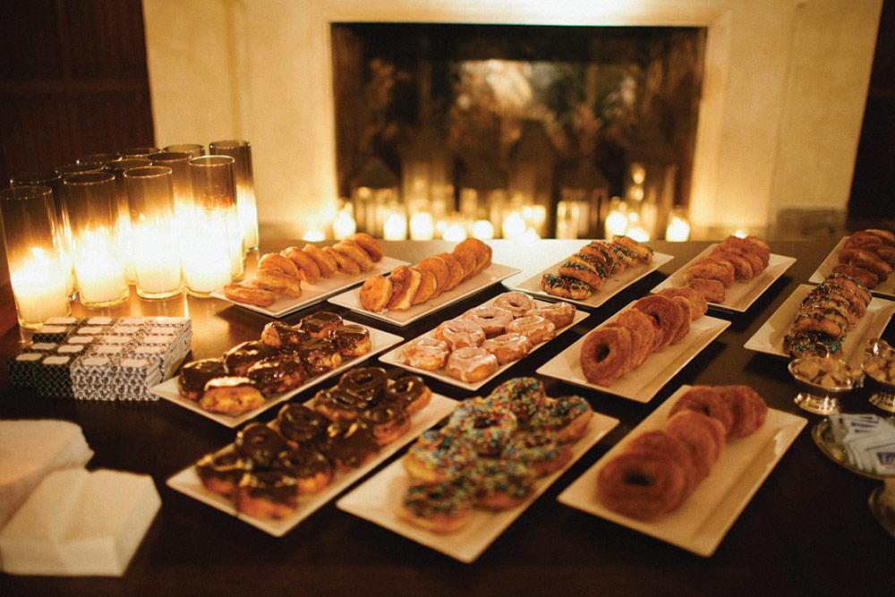 mesa de postres pastel de boda donas
