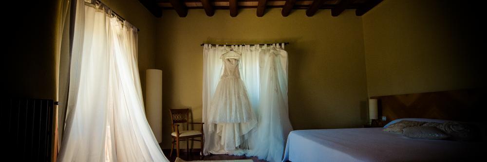 Vestido de novia colgado en ventana